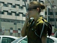 חיילים מדברים בפלאפון סלולרי /  צלם:  תמר מצפי